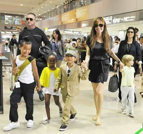 angelina-jolie-with-kids-in-japan-55